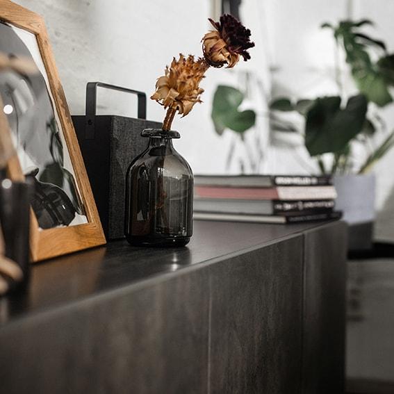 Armoire de salon BESTA de couleur noire