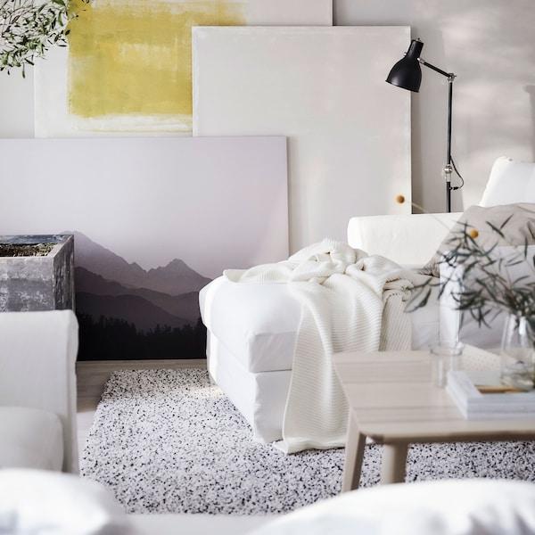 أريكة استرخاء قطن بيضاء ناعمة GRÖNLID من ايكيا في غرفة جلوس.