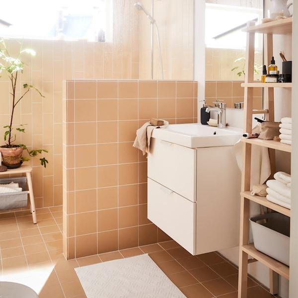 Asettele kylpyhuoneen suosikkituotteesi kauniiseen puiseen hyllyyn. IKEA VILTO-koivuhylly sopii kylpyhuoneeseen.