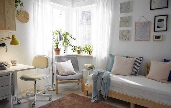 استغل المساحة الصغيرة إلى أقصى درجة باستخدام قطع يمكن تحويلها من غرفة النوم إلى غرفة الجلوس إلى غرفة الطعام، إلى المكتب المنزلي.