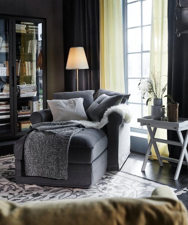 استرخِ على أريكة الاسترخاء GRÖNLID مع غطاء باللون الرمادي المتوسط ووسائد Tallmyra التي يمكن وضعها في المكان الذي تريده.