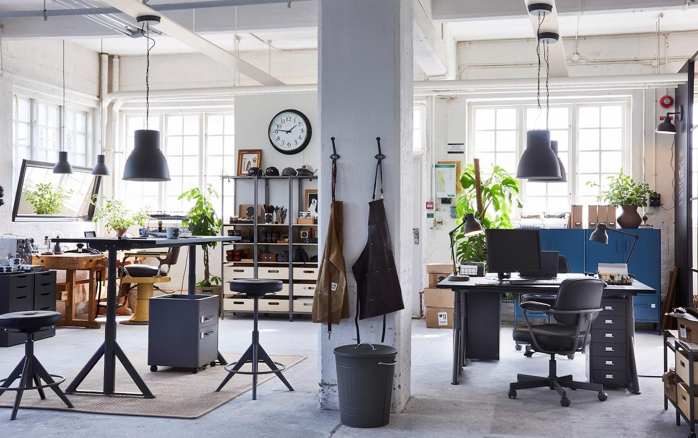 أثاث المكاتب IDÅSEN من ايكيا مرن للمكاتب الكبيرة والصغيرة مثل هذا المكتب بمساحة عمل بيضاء على الطراز الصناعي. يمكن التحكم في المكاتب من خلال تطبيق.