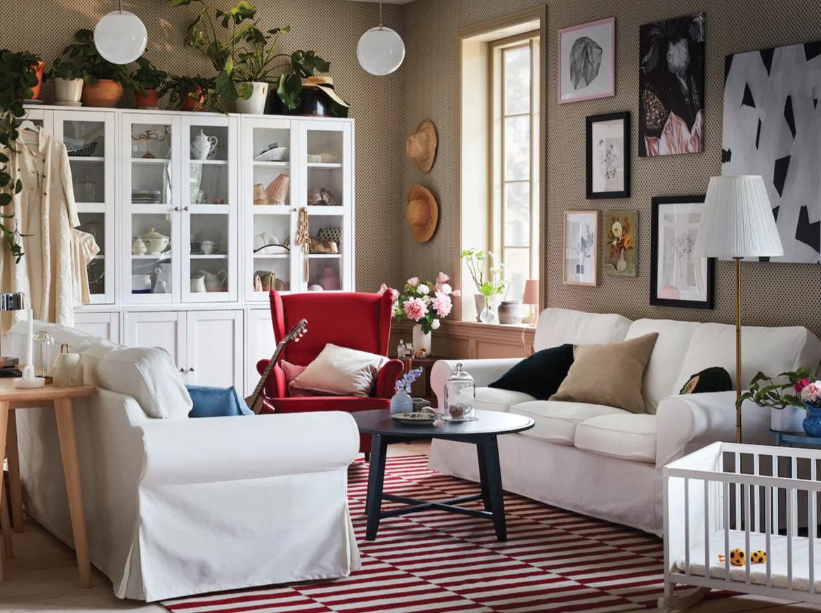 اثنتان من كنبات EKTORP في مواجهة بعضهما البعض في غرفة جلوس حديثة ولكنها تقليدية بألوان بيضاء وحمراء.