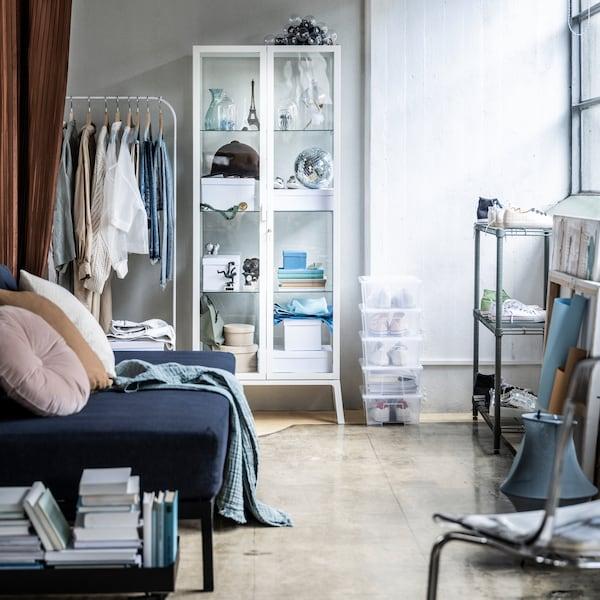 Atopa armarios para conseguir unha sala de estar máis ordenada.