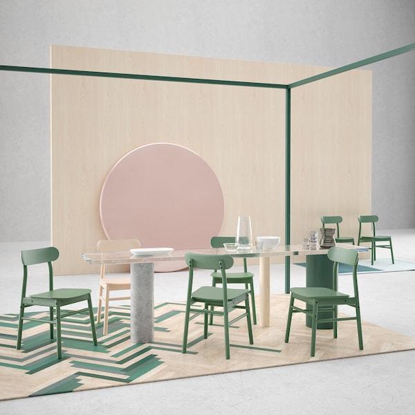Attardez-vous à la table, confortablement assis sur la robuste chaise RÖNNINGE de IKEA. Son look intemporel, son design scandinave, ses formes arrondies et son dossier incliné en font une chaise en bouleau irrésistible. Elle est montrée ici en vert.