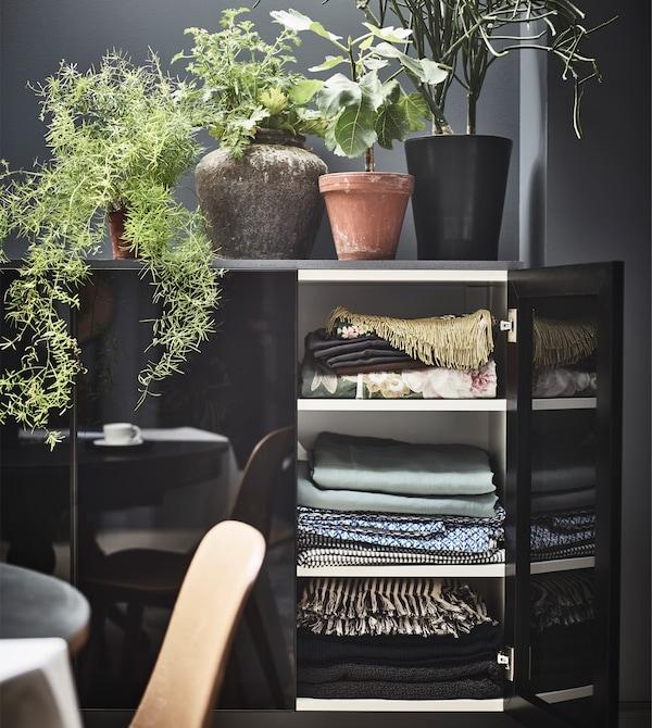 Auch Küchenschränke machen sich gut im Schlafzimmer. Damit entsteht geschlossene Aufbewahrung, die sich flexibel an den verfügbaren Raum und den Stil anpassen lässt. IKEA bietet hier besonders viel Auswahl wie z. B. die JUTIS Vitrinentüren aus gehärtetem Rauchglas.