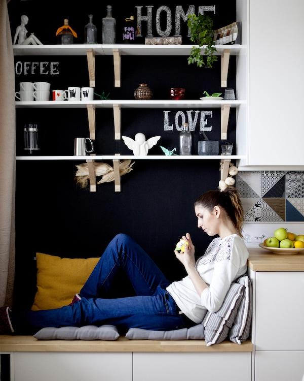 Aufbewahrungstruhen lassen sich mit ein paar Kissen in eine bequeme Sitzgelegenheit für deine Gäste verwandeln.