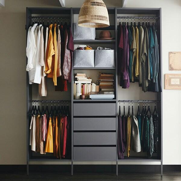 AURDAL Agencement d'armoire-penderie gris foncé.