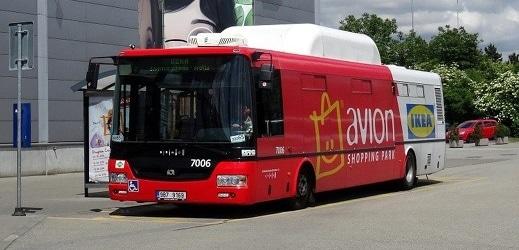 Autobus linky AVION poháněný stlačeným zemním plynem.