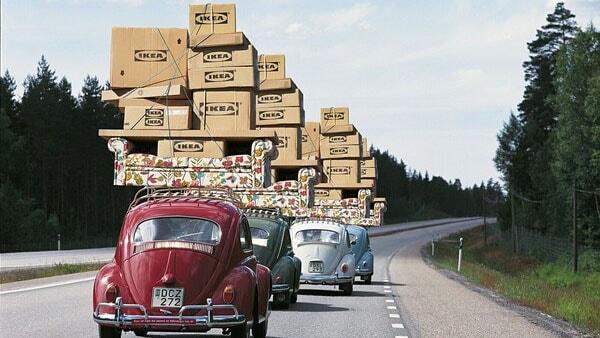 Autos, beladen mit IKEA Paketen & Umzugskartoons