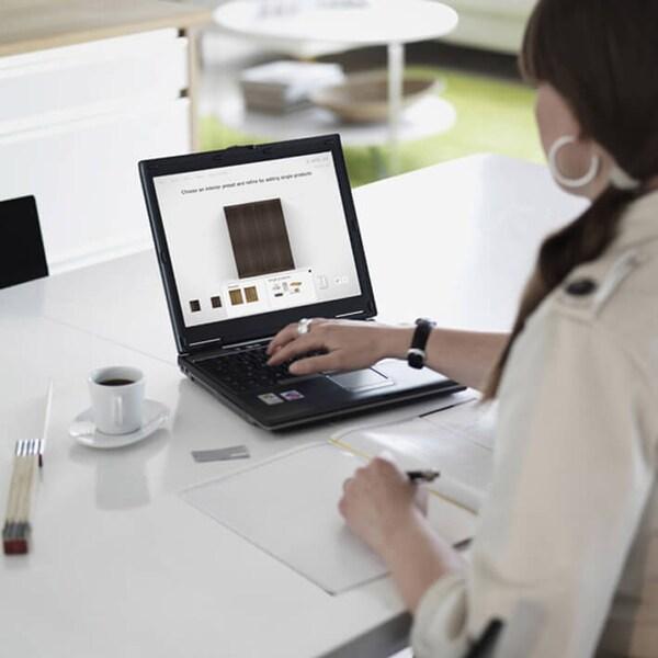 Avonainen kannettava tietokone pöydällä.