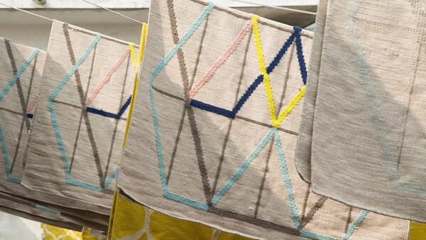 Az IKEA-nál hisszük, hogy a kézműves szőnyegek minőségének megőrzése érdekében léteznie kell egy olyan együttműködési módnak a gyártókkal, amivel radikálisan javulhatnak a munkakörülmények. És mint kiderült, létezik ilyen.
