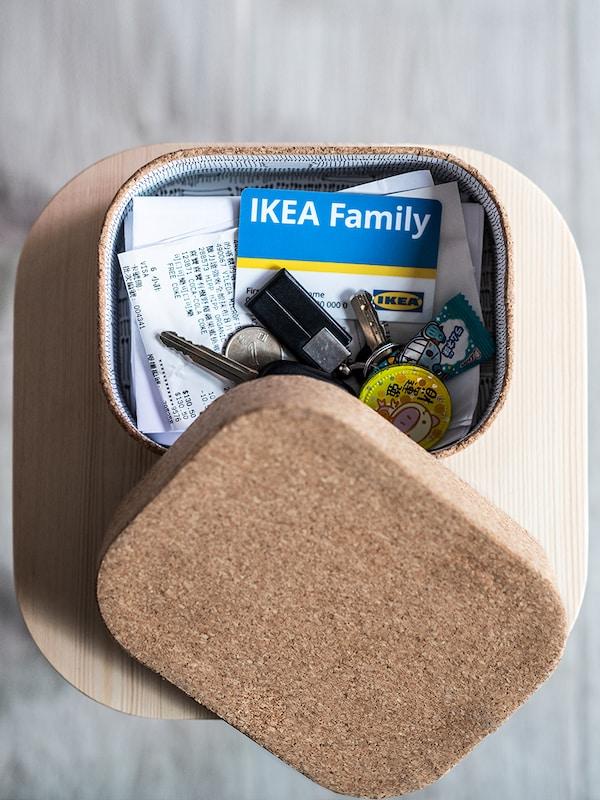 Carta IKEA Family in un contenitore porta oggetti.