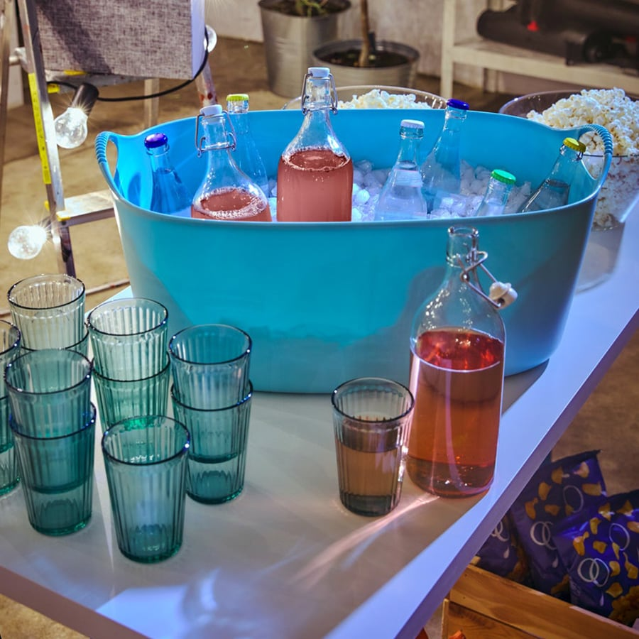 Bacinella piena di ghiaccio con bottiglie in fresco - IKEA