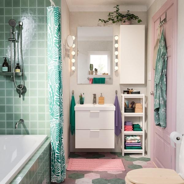 Bad umgestalten für wenig Geld: Ein buntes und modernes Badezimmer mit farbigen Fliesen.