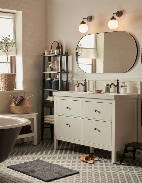 Badeværelse med fliser i marokkansk inspireret stil og neutrale farver, et HEMNES skab med vask med 4 skuffer og et stort spejl.