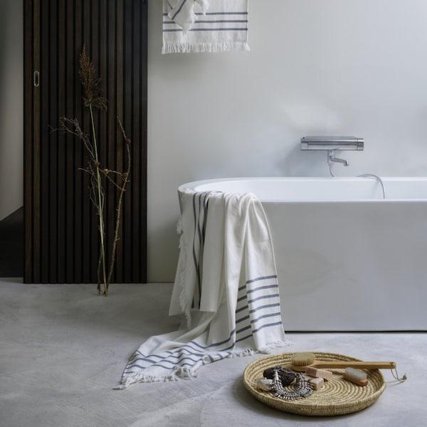 Badezimmer mit Handtüchern und Aufbewahrungsschale