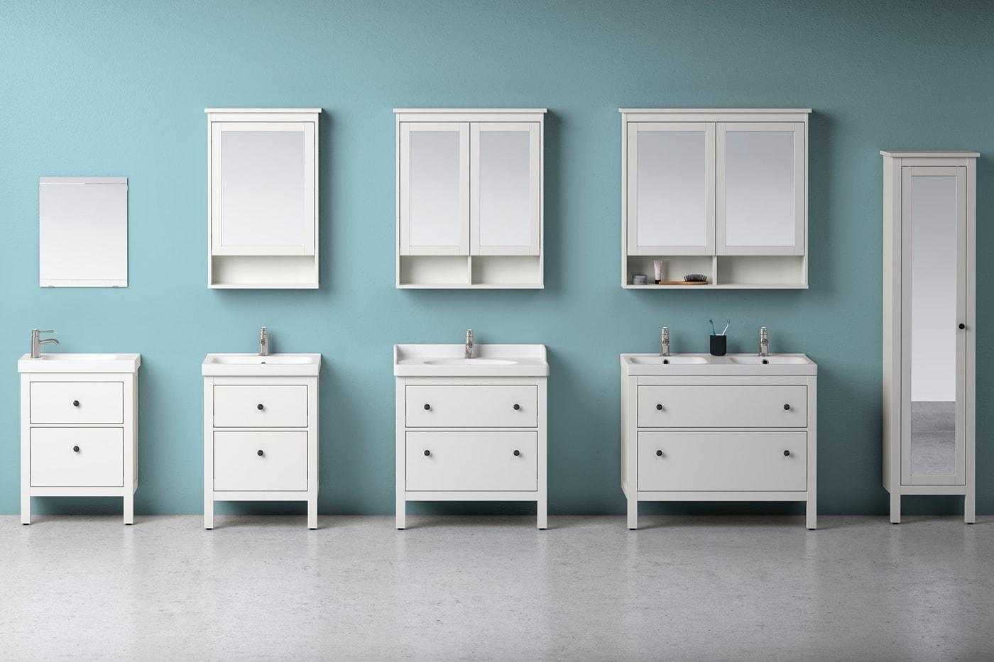 Badezimmer mit weißen Möbeln & blauer Wand - eingerichtet mit der HEMNES Badezimmerserie.