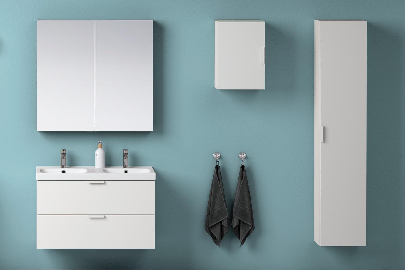 Badezimmer mit weißen Möbeln & grüner Wand - eingerichtet mit der GODMORGON Serie.
