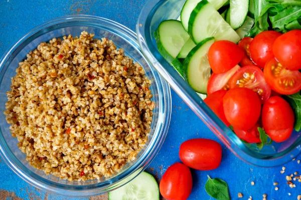 BÄSTISAR Getreidemischung und Salat.