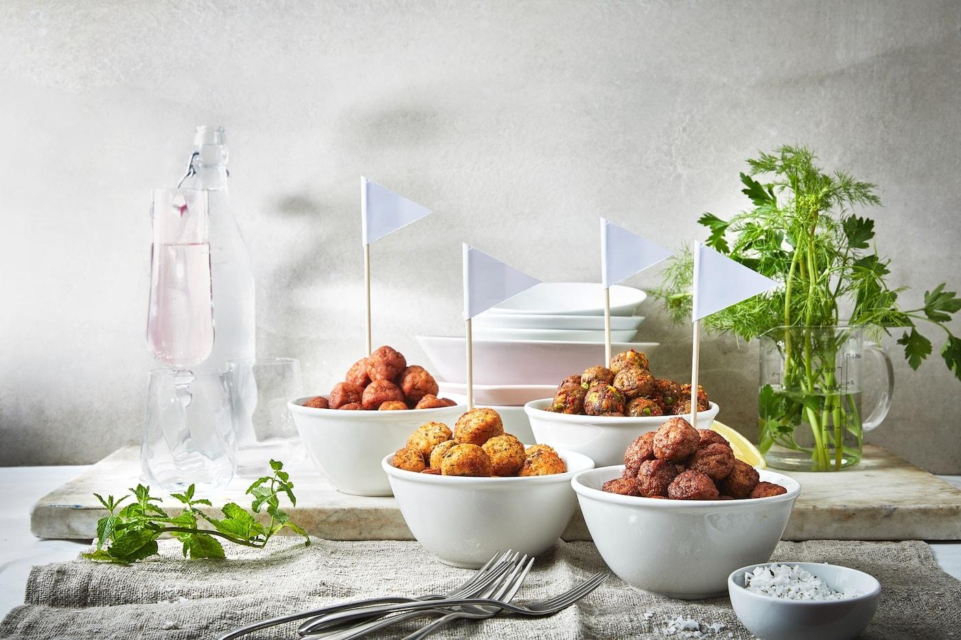 Baguette, Lachs, Heringsalat in verschiedenen Varianten auf schönen Tellern präsentiert.