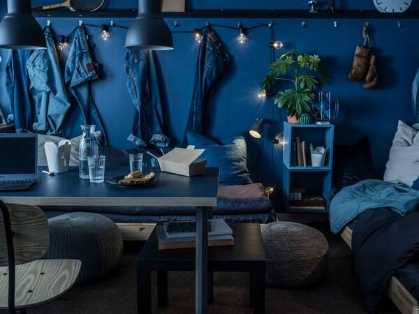 Bahagian atas meja LINNMON yang berwarna biru hitam dan berkaki warna kelabu gelap adalah padanan paling sesuai untuk bilik serba biru.