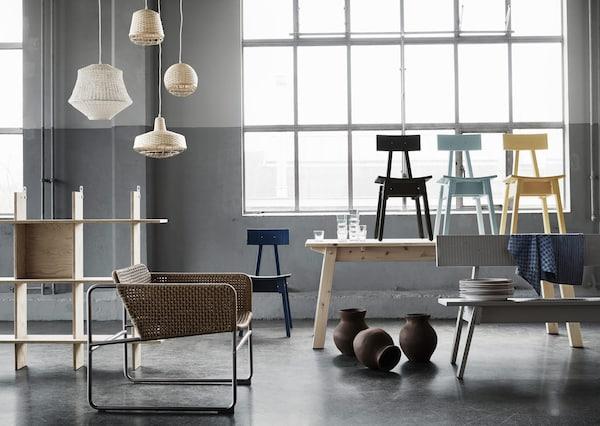 Baharu di IKEA, koleksi INDUSTRIELL merangkumi unit rak, kerusi berlengan, lampu pendan, kerusi, meja, bangku dan vas dalam warna semula jadi yang lembut.