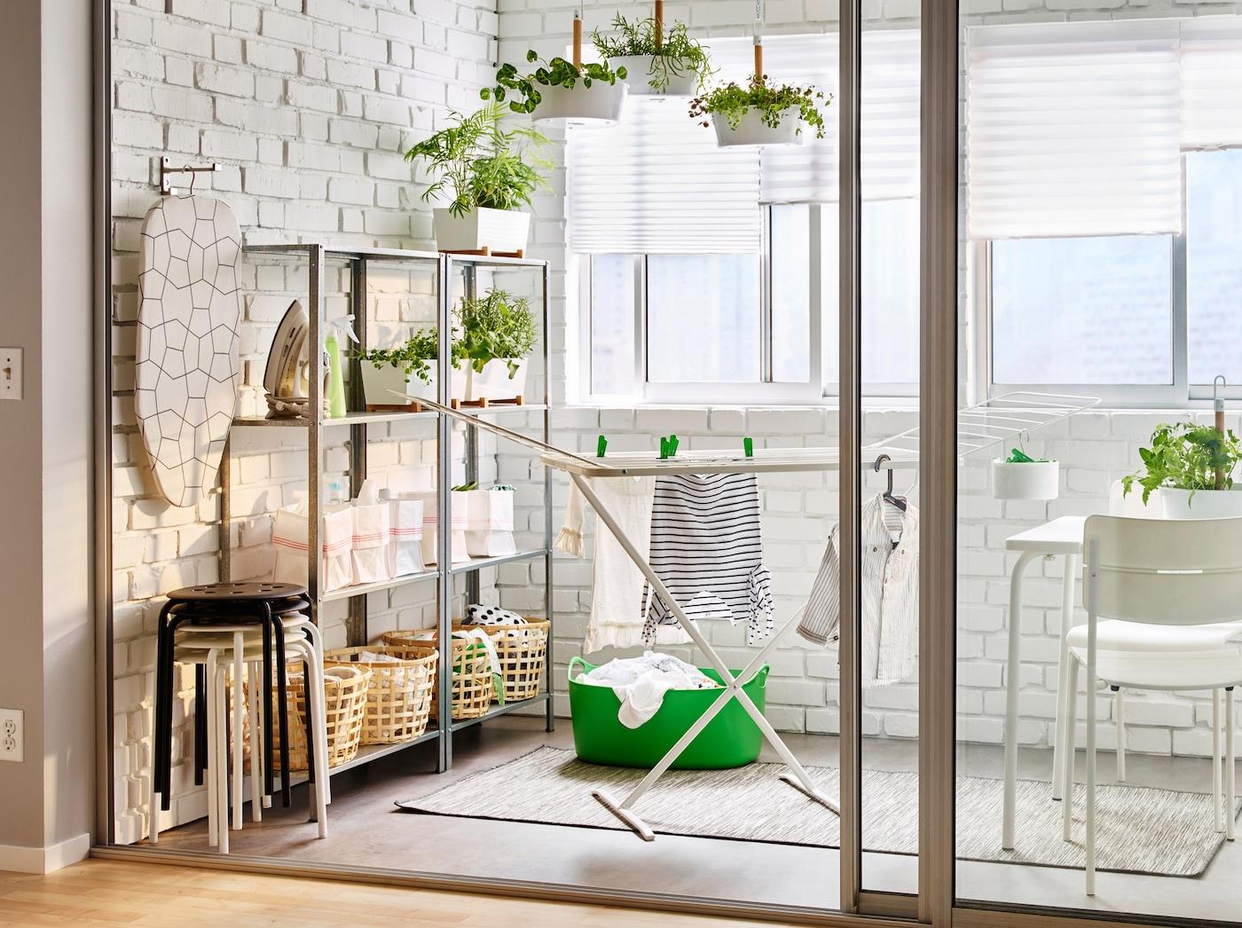 Balkon met stellingkasten in verzinkt staal en wit vlinderdroogrek