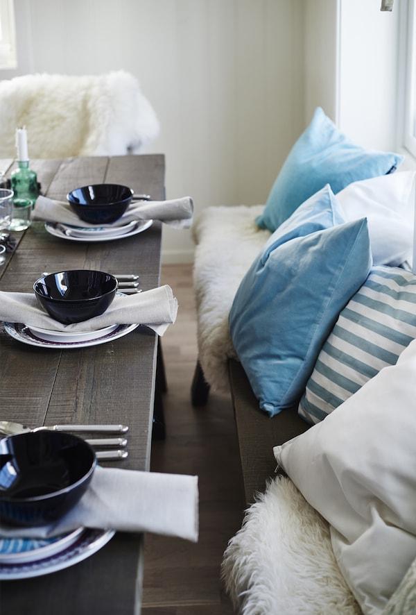 بالنسبة لجينا، بدء كل ذلك بسبب اللون الأزرق المشرق لأغطية الوسائد على المقعد الطويل لطاولة الطعام.
