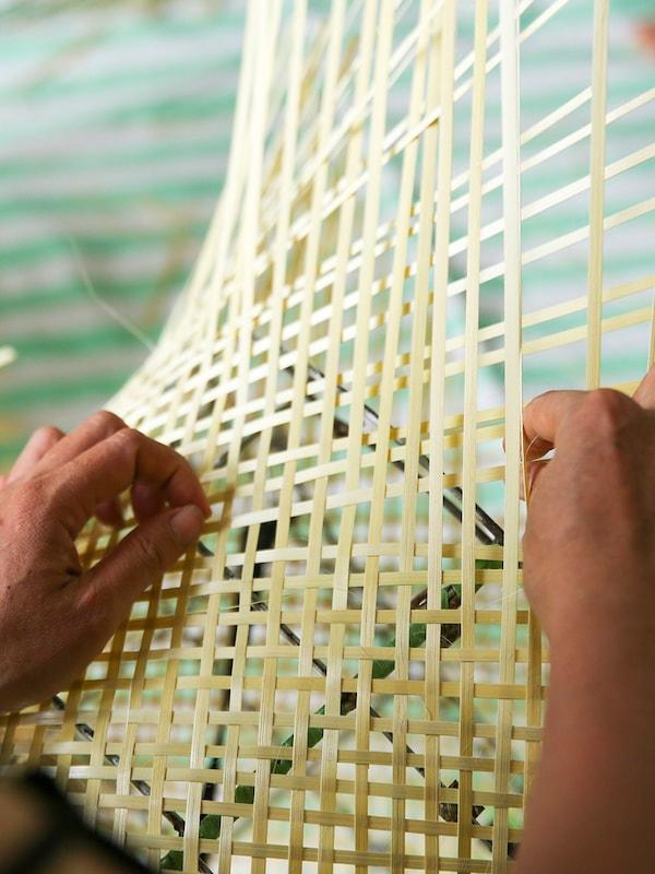 Bamboe dat wordt geweven