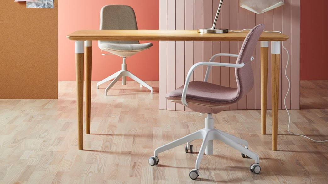 Bamboo desk with two office chairs LÅNGFJÄLL in different colours and models.
