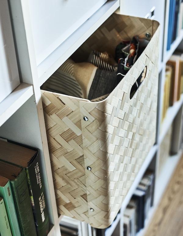 Бамбуковая вставка в шкаф с квадратными полками.