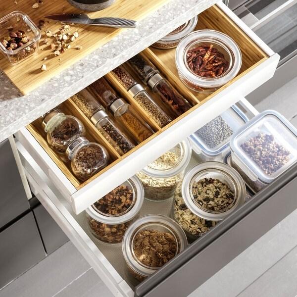 Bambusowe oraganizery szuflad VARIERA w szufladach kuchennych 60 cm.