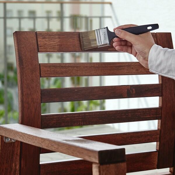 Barniz y aceite para cuidar los muebles de madera