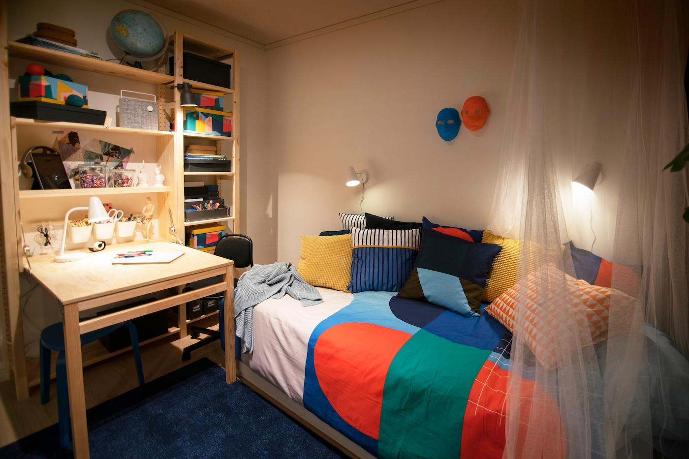 Barnrum med färgglada textilier och möbler i furu.