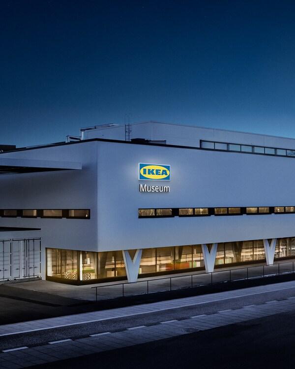 """Bâtiment moderne blanc photographié de nuit avec un """"IKEA Museum"""" allumé sur le côté."""