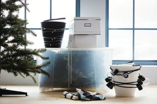 Velg ei gjennomsiktig kasse, så det blir enkelt å finne igjen alt til neste år. Der kan SAMLA-familien med gjennomsiktige kasser i ulike størrelser hjelpe deg.