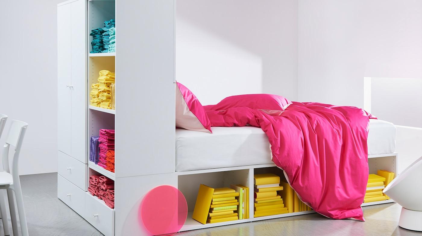Bed met kledingkast als hoofdbord en scheidingswand