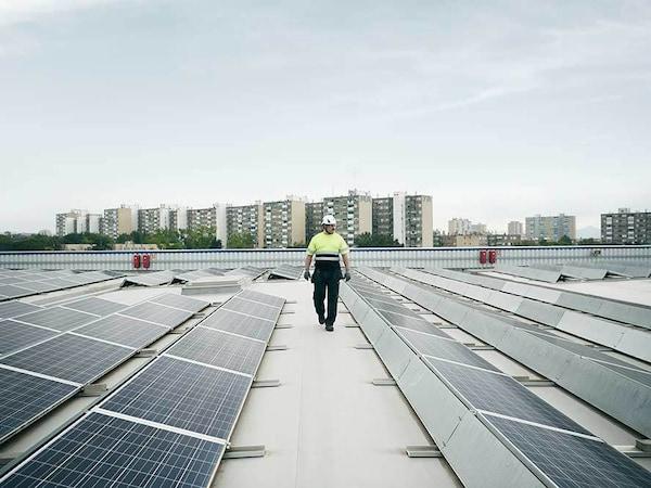 Bei IKEA werden wir weiterhin auf die Energiegewinnung durch PV-Anlagen auf unseren eigenen Dächern setzen.