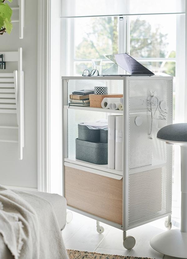 BEKANT وحدة تخزين من ايكيا لون أبيض مع عجلات كوحدة تخزين محمولة وخزانة. علّق قطع المغناطيس والخطافات على جوانبها الشبكية لمزيد من المرونة.