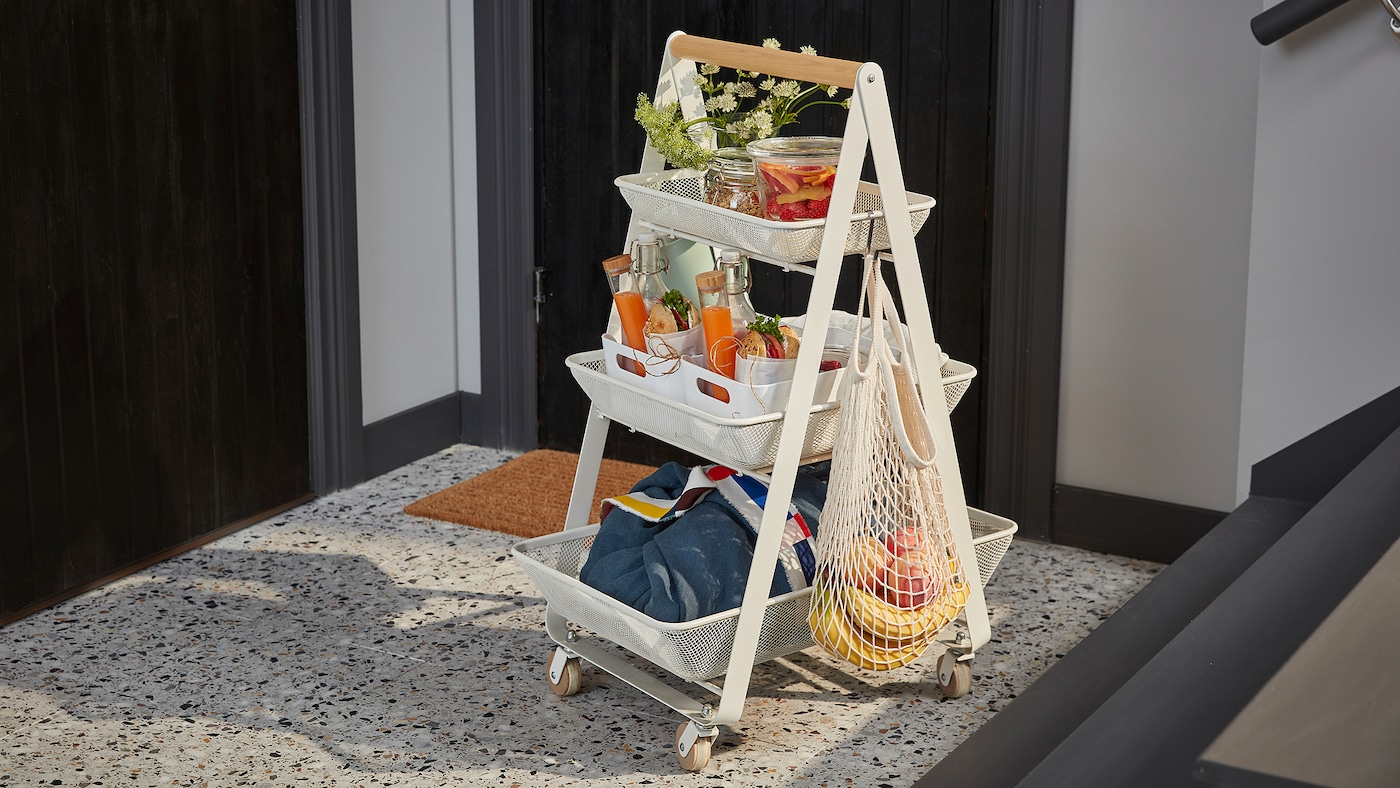 Bel, jeklen RISATORP voziček s tremi pladnji in lesenim ročajem, na katerem je vse, kar potrebuješ za zajtrk za dva.