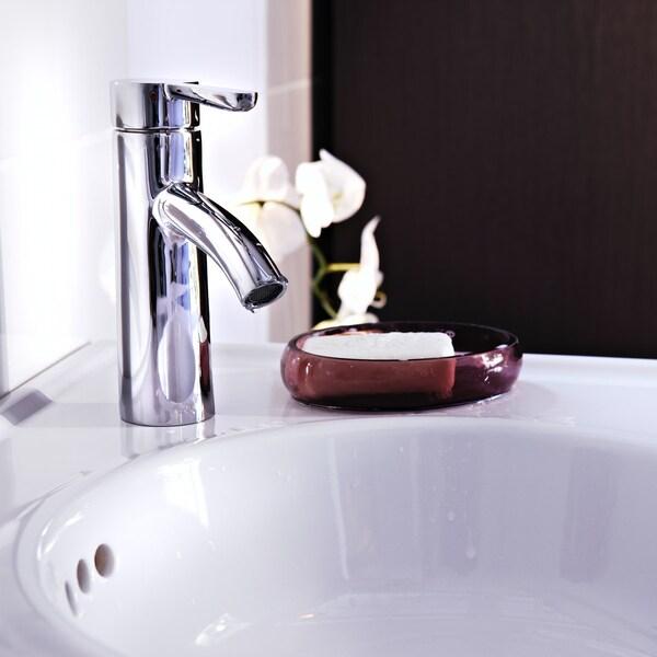 Белая раковина со смесителем для раковины ДАЛЬШЕР, в бордовой мыльнице белый кусок мыла.