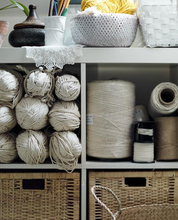 Белый стеллаж с принадлежностями для хобби.