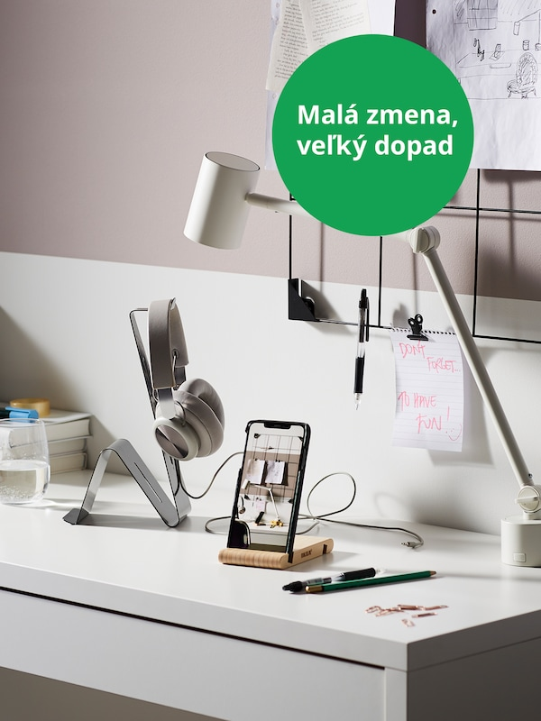 BERGENES drevený stojan na mobil položený na pracovnom stole.