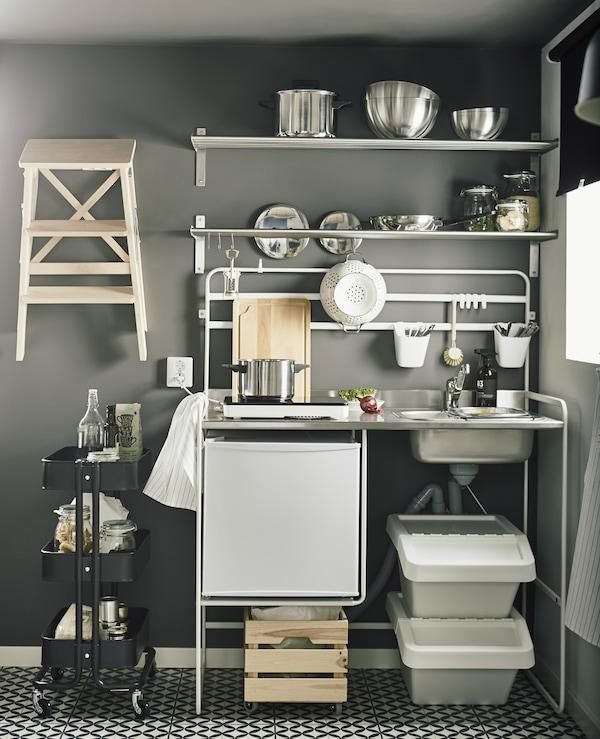 Besoin de mobilier gain de place abordable pour votre petite cuisine? IKEA a la solution qu'il vous faut. La mini-cuisine SUNNERSTA, par exemple. Le petit plus? Elle est super facile à démonter et à emporter avec vous lorsque vous déménagez.