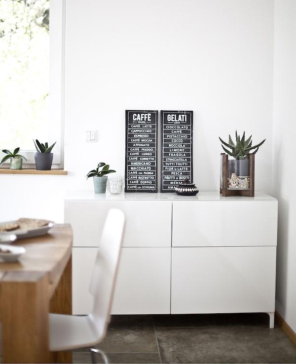 BESTÅ Aufbewahrungskombination mit Türen & Schubladen in Weiß in einem hellen Wohnraum