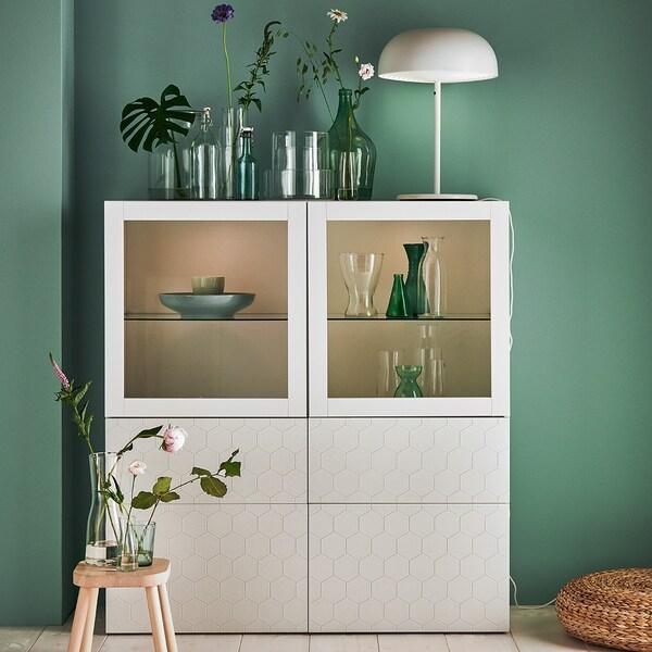 BESTÅ combinazione con ante a vetro, bianco, Vassviken vetro trasparente bianco