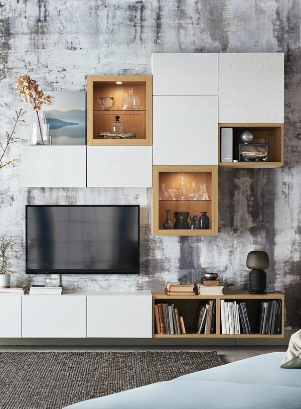 BESTÅ Wohnwand mit weißen Türen, TV-Bank und Vitrinentüren.