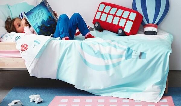 Bettwäsche, Teppich und Kissen aus der UPPTÅG Kindertextilkollektion zum Thema Reisen