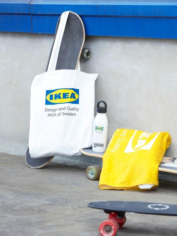 Bevásárlótáska és sárga törülköző az EFTERTRÄDA limitált kollekcióból.